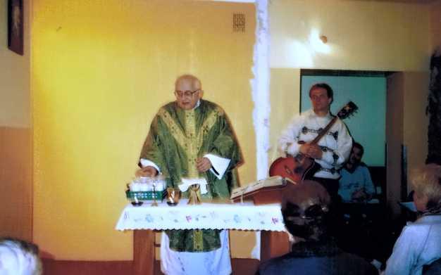 Msza św. w trakcie remontu Kaplicy IX X 2003