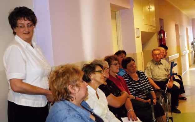 Msza św. osoby które się nie zmieściły w Kaplicy uczestniczą na korytarzu szpitalnym