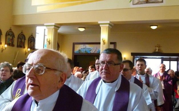 Procesyjne wejście kapłanów ks.Leon Pawełczyk