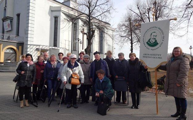 Grupa modlitwena z Parafii św. Ojca Pio w tychach i grupa z kaplicy św. Ojca Pio z Lędzin z ks. Bogusławem
