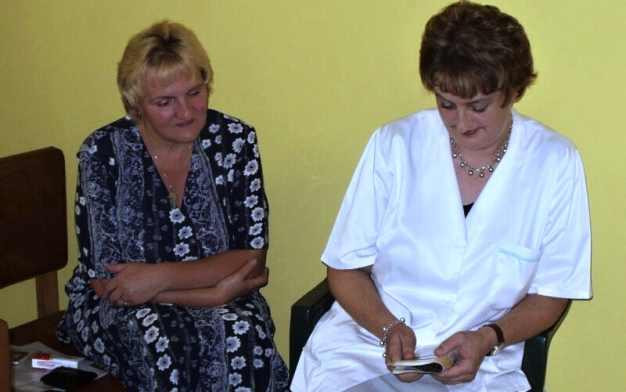 Członkowie Wspólnoty św. Michała Archanioła przygotowują się do poprowadzenia modlitwy.
