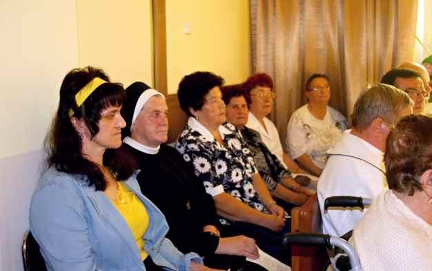 Pacjenci i zaproszeni goście na Mszy św w czasie uroczystości