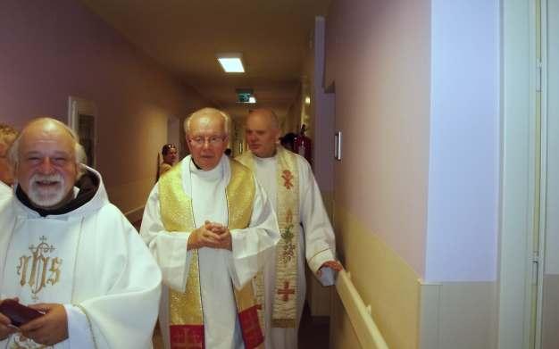 Kapłani idą na Mszę św. do Kaplicy św ojca Pio